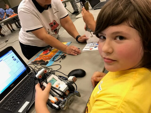 kid building lego robotics
